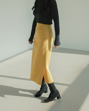 Leight slit skirt