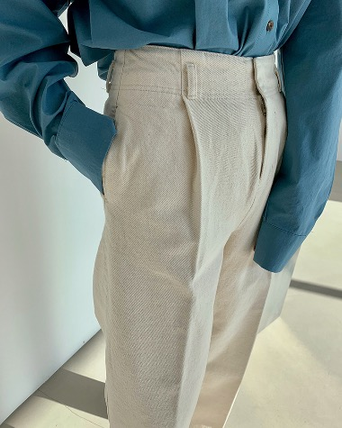 Low one tuck pants