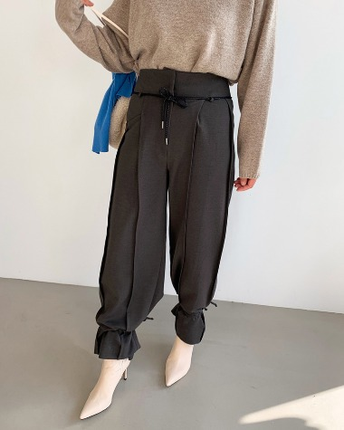 Strap point pintuck pants