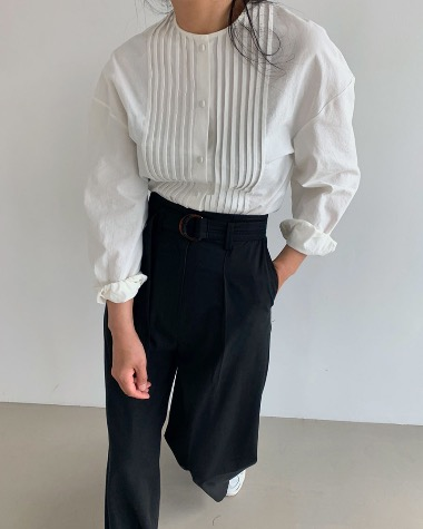 Round pintuck blouse